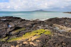 Roches volcaniques sur la côte du nord de rivage Images stock