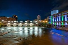 Rochester Нью-Йорк вдоль реки Genesee на ноче Стоковое Изображение RF