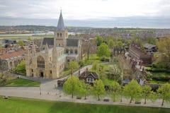 ROCHESTER, GROSSBRITANNIEN - 14. APRIL 2017: Ansicht der Kathedrale vom Schloss mit Frühlingsfarben Lizenzfreies Stockfoto