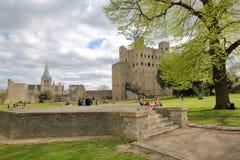 ROCHESTER, HET UK - 14 APRIL, 2017: Mening van het Kasteel en de Kathedraal van de Promenade op de Kasteelheuvel met de Lentekleu Stock Fotografie