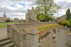 ROCHESTER, REGNO UNITO - 14 APRILE 2017: Vista del castello e della cattedrale dal lungomare sulla collina del castello con i col Fotografie Stock