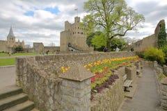 ROCHESTER, REINO UNIDO - 14 DE ABRIL DE 2017: Vista del castillo y de la catedral de la explanada en la colina del castillo con c Fotos de archivo