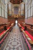 ROCHESTER UK - APRIL 14, 2017: Quiren inom domkyrkan med organet i bakgrunden Arkivfoto