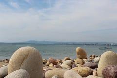 Rochos y la vista al mar foto de archivo