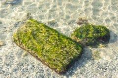 Rochoso e penhascos no mar calmo foto de stock royalty free