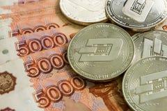 Rociada crypto de plata de las monedas, rublos rusas Las monedas del metal se presentan en un fondo liso el uno al otro, opinión  Fotos de archivo libres de regalías