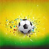 Rociada del balón de fútbol en fondo verde de la textura del grunge, y ejemplo Fotos de archivo libres de regalías