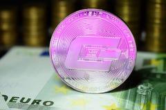 Rociada física de la moneda con una sombra rosada fotos de archivo