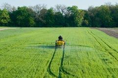Rociador del pesticida en el campo Fotografía de archivo