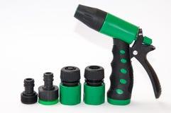 Rociador plástico verde para el jardín con los accesorios Imagen de archivo