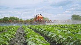 Rociadura del pesticida del fertilizante de la agricultura Plantas de la fertilización Agricultura de la granja almacen de metraje de vídeo