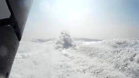 Rociando y salpicando espuma con agua de debajo el barco de la velocidad en la parte posterior almacen de video