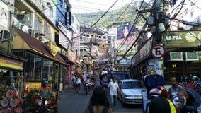 Rocinha-Gemeinschaft, viele Leute, viele Häuser, Shops Rio de Janeiro, Brasilien lizenzfreie stockfotos