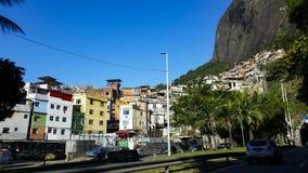 Rocinha gemenskap, massor av människor, massor av hus, shoppar Rio de Janeiro Brasilien arkivbild