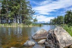 RockÂs in einem See in Schweden Stockbild