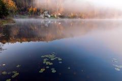 在Rock湖的有薄雾的早晨 库存图片