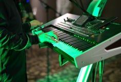 Rock Band Cantante al festival locale fotografia stock