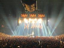 Rock Band Def Leppard saluta la folla a Tampa, Florida immagini stock
