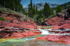 Rock Creek rojo con el pico y los arbolados de Vimy Imagenes de archivo