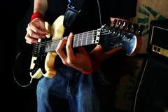 rock för gitarrgitarristspelrum royaltyfria foton