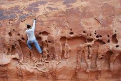 rock för klättringframsidaman Arkivbild