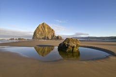 rock för reflexion för strandkanonhöstack arkivbild