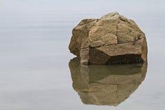 Rock i vatten royaltyfri fotografi