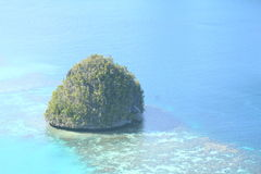 Rock isle in shallow sea in Wayag Royalty Free Stock Photos