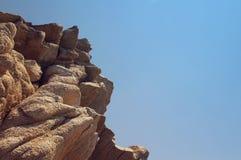 Rock mot skyen royaltyfri foto