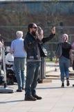 Rock and roll rowerzysta bierze selfie z lody i śmia się przy telefonem Zdjęcia Royalty Free
