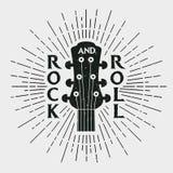 Rock and roll znaczek z gitarą Graficzny projekt dla odziewa, koszulka, royalty ilustracja