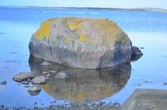 Rock som reflekterar i lugna sjölandskap arkivfoton