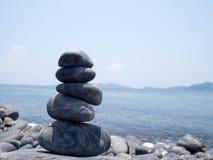 Rock staplade, stenbunten på kusten av havet i naturen Livjämvikt, brunnsort stenar behandlingplatsbegrepp Stenar på Hin Royaltyfria Bilder