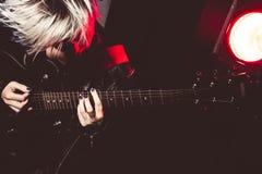 Rock star che gioca chitarra Fotografia Stock Libera da Diritti