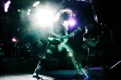Rock star che gioca chitarra al concerto di musica fotografia stock libera da diritti