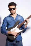 Rock star con gli occhiali da sole Fotografia Stock Libera da Diritti