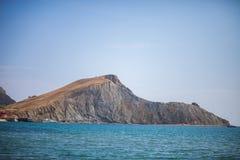 Rock vid havet sun för hav för bakgrundsfiordsstråle arkivfoto