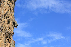 Rock wall under blue sky Royalty Free Stock Photography