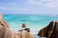 Rocka en una orilla en el océano imagen de archivo