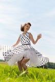 Rockabilly крен n утеса танцев девушки на луге Стоковое Изображение RF