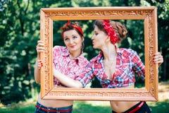 Rockabilly куриц-партийное в парке Усмехаясь девушки держа рамку Стоковая Фотография RF