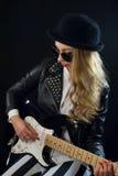 Rockabilly flickawhith en gitarr fotografering för bildbyråer