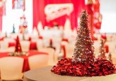 Rockaway, NJ - 12/08/17 -在红色和白色主题的装饰,银色闪亮金属片树的节日晚会在焦点 免版税库存图片