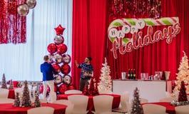 Rockaway NJ - 12/08/17 - ferieparti i den röda och vita themed dekoren, sista handlag Arkivbilder