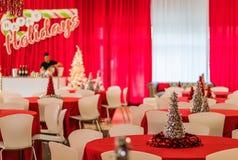 Rockaway, NJ - 12/08/17 - festa natalícia na decoração temático vermelha e branca, árvore de prata do ouropel no foco Imagem de Stock