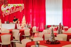 Rockaway, NJ - 12/08/17 - festa natalícia na decoração temático vermelha e branca, árvore de prata do ouropel no foco Imagens de Stock Royalty Free