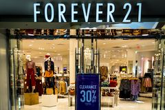 Rockaway, NJ - January 11, 2019: Forever 21 store at the Rockaway Mall advertising discounts stock photos
