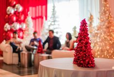 Rockaway, NJ - 12/08/17 - salotto del partito di festa in decorazione di tema rossa e bianca Fotografia Stock