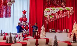 Rockaway, NJ - 12/08/17 - Vakantiepartij in rood en wit als thema gehad decor, definitieve aanrakingen Stock Afbeeldingen