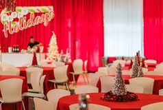 Rockaway, NJ Wakacyjny przyjęcie w czerwonym i białym o temacie wystroju, srebny świecidełka drzewo w ostrości - 12/08/17 - Obraz Stock